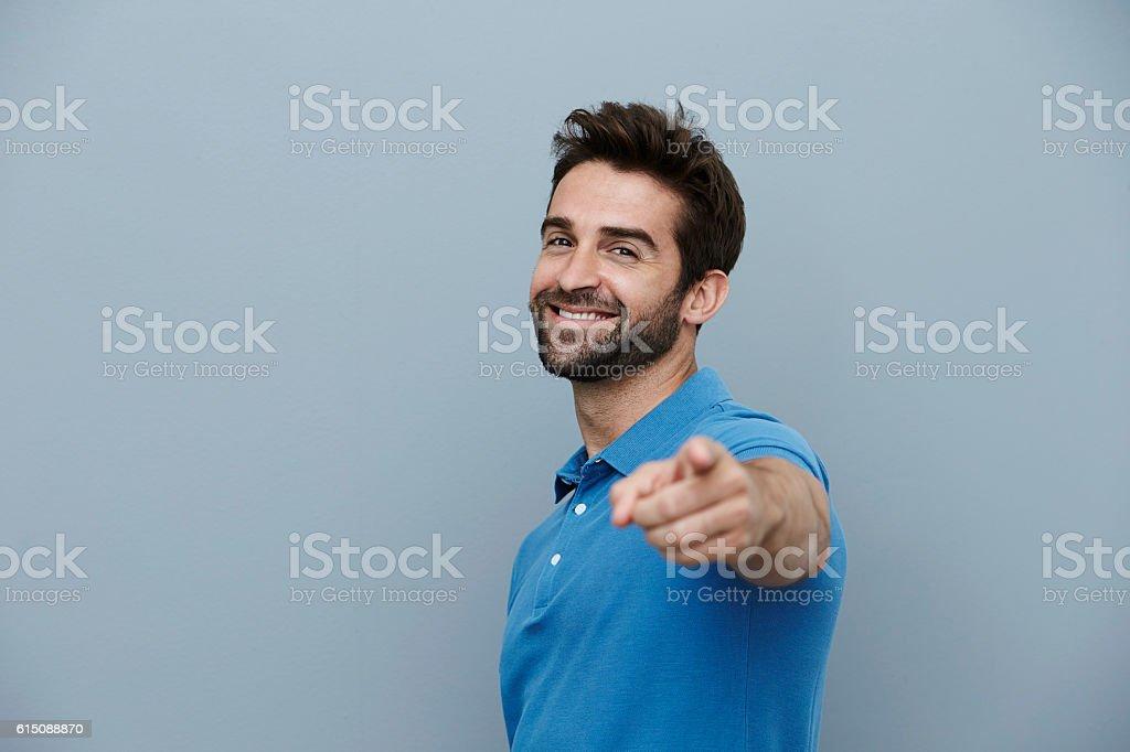Homem bonito apontando - foto de acervo