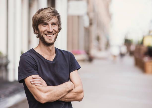 Gut aussehender Mann Porträt im Freien – Foto