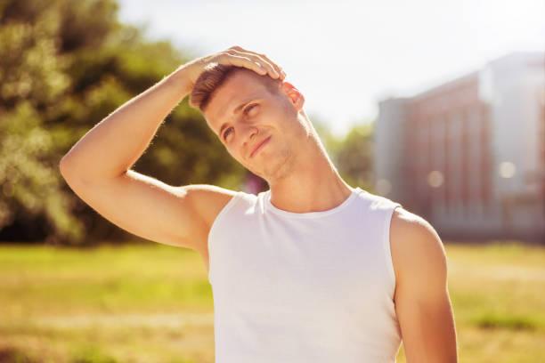 handsome mann üben - hals übungen stock-fotos und bilder