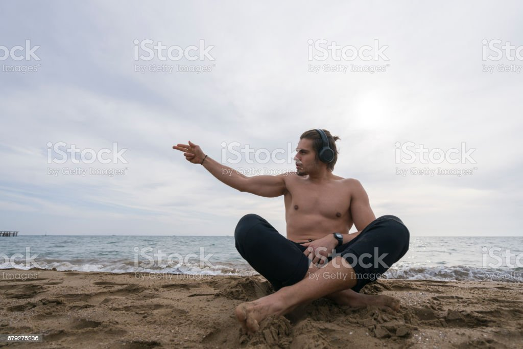 Bel homme seul de repos à la plage photo libre de droits