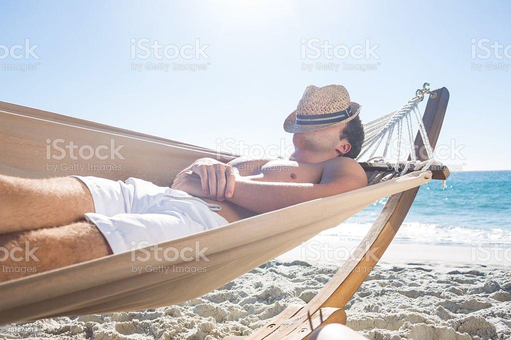 Homem bonito descansar na rede - foto de acervo