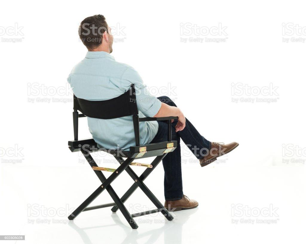 Gut aussehender Mann, sitzend mit hinter Ansicht – Foto