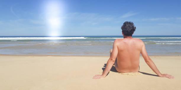 gut aussehender mann hemd sommer strandurlaub im sonnigen tag - fkk strand stock-fotos und bilder