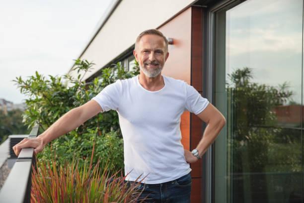 Hübscher Mann auf einem Balkon – Foto