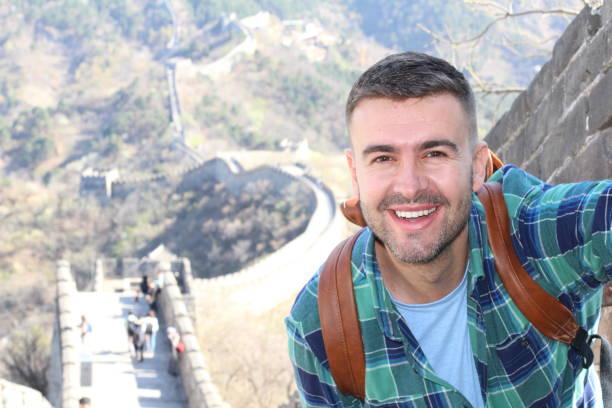 Homem considerável que toma um selfie na grande muralha de China - foto de acervo