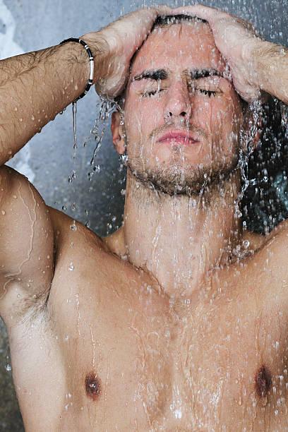 Gut aussehend Mann in der Dusche – Foto