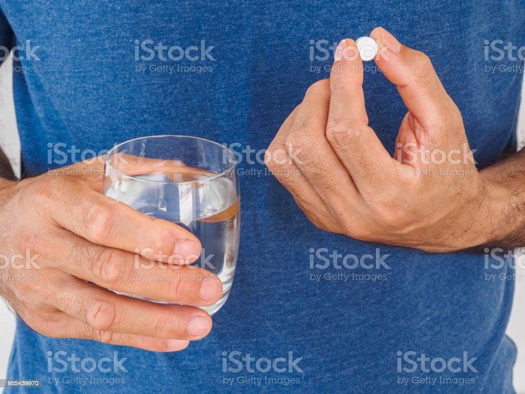 Gut aussehender Mann Einnahme Pille auf weißem Hintergrund. Gesundheitswesen und medizinische Konzept. – Foto