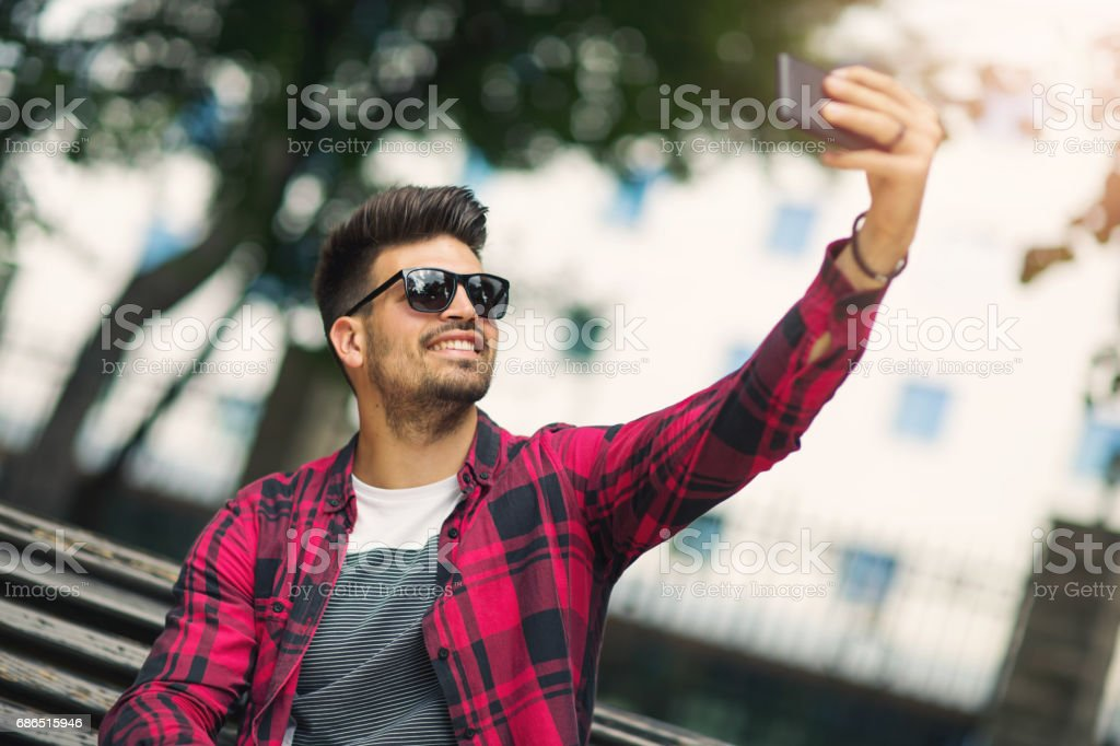 Handsome man using his smartphone foto stock royalty-free