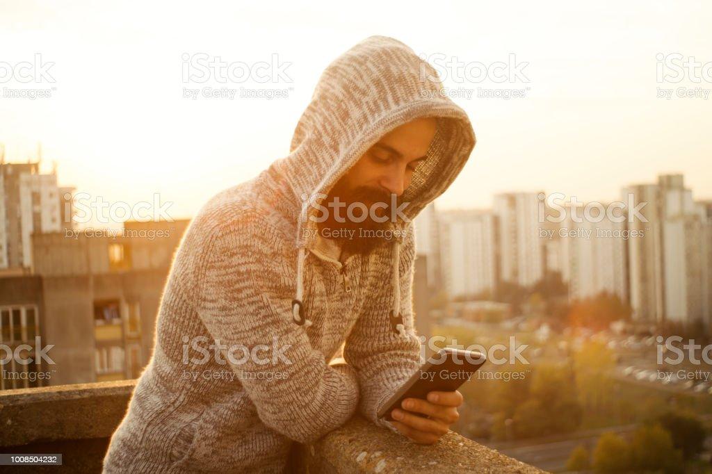 Gut aussehender Mann mit Mobiltelefon – Foto