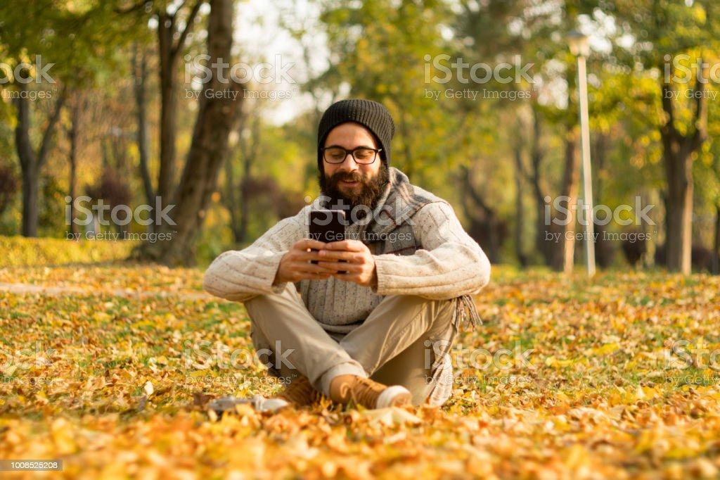 Gut aussehender Mann mit mobilen Smartphone im freien – Foto