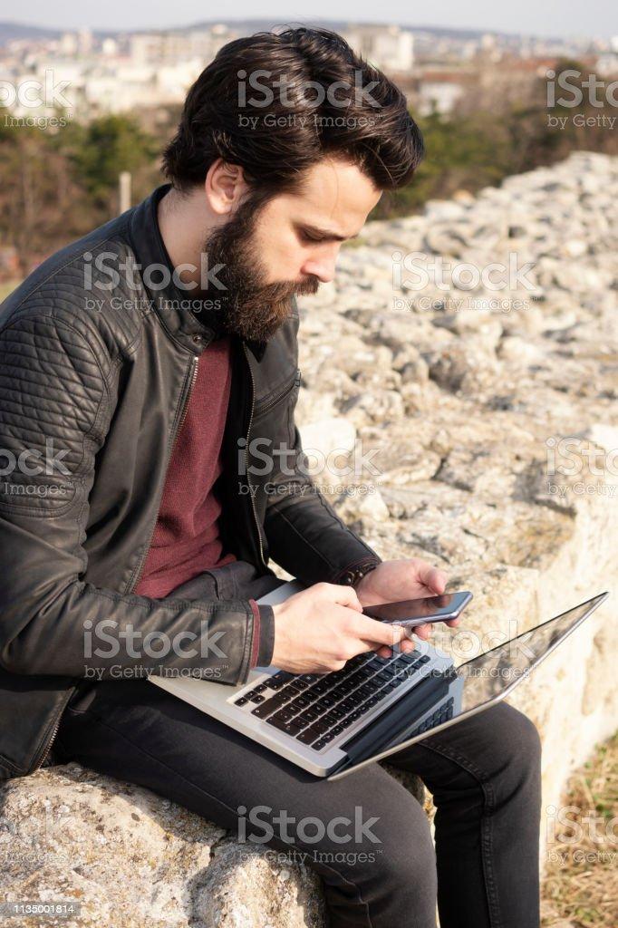 Hübsche Mann nutzt Handy im Freien – Foto