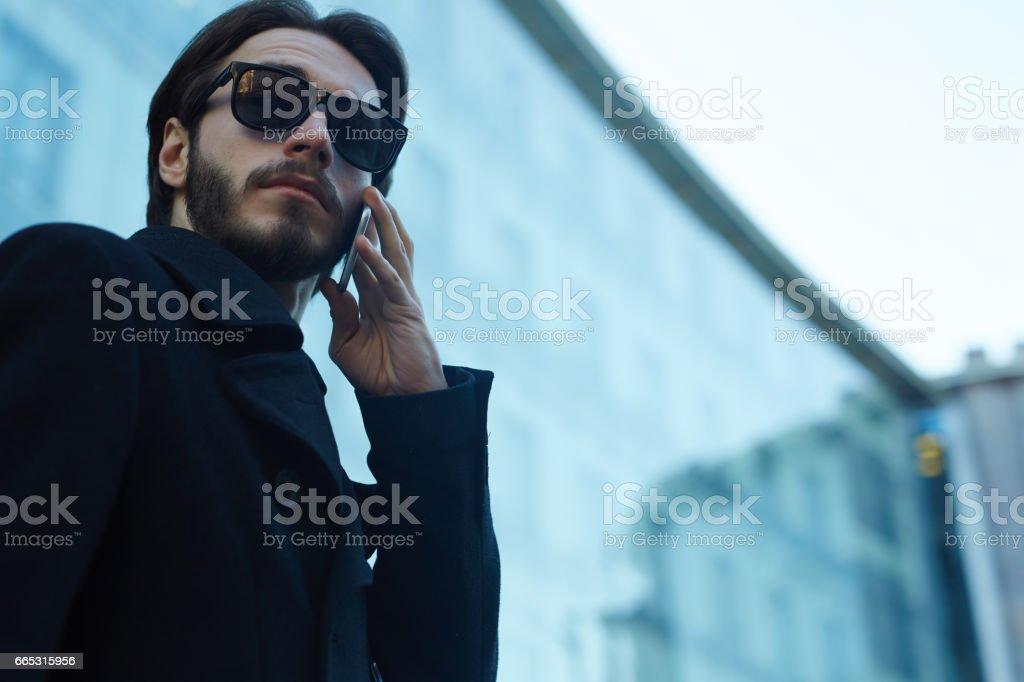 Bel homme en utilisant le téléphone dans les rues de la ville - Photo