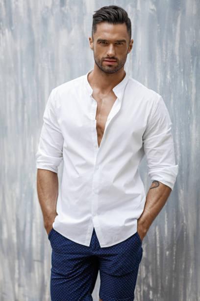 gut aussehender mann zu tragen, weißes hemd und shorts - sexsymbol stock-fotos und bilder