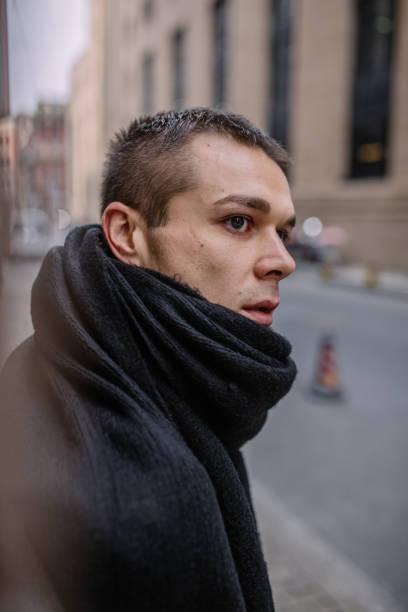 ハンサムな男の身に着けている黒いスカーフ ストックフォト
