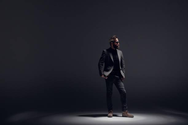 ceket giyen yakışıklı adam - arkadan aydınlatmalı stok fotoğraflar ve resimler