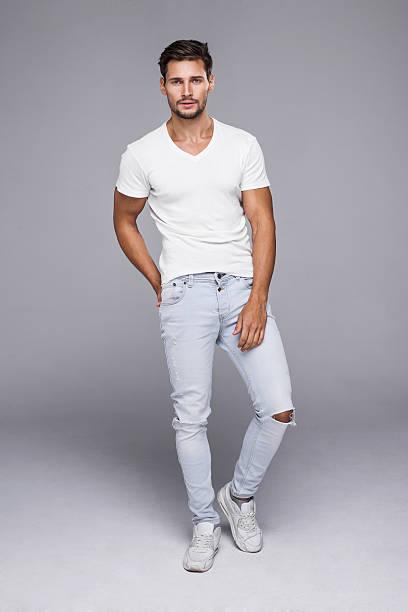 Gut aussehender Mann in jeans und weißes t-shirt – Foto