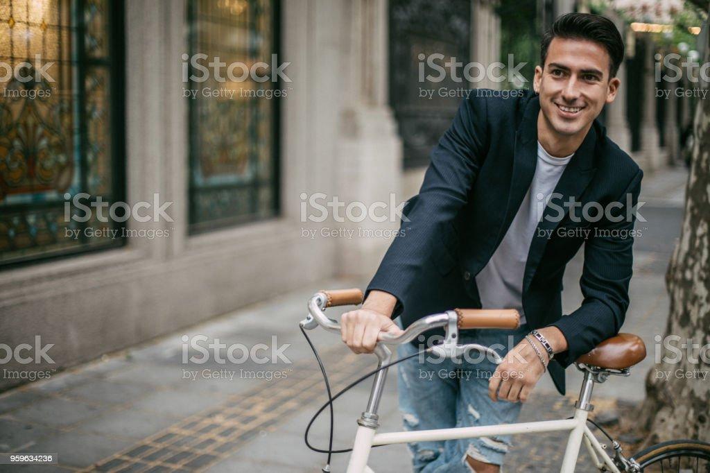 Hombre guapo con bicicleta - Foto de stock de A la moda libre de derechos