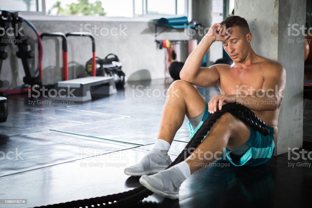 5312867883e8 Chico Guapo Musculoso Culturista Con Sentado Con Cuerdas De Batalla ...