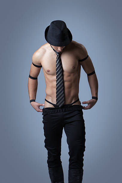 Gut aussehend muskuläre guy abheben Kleidung – Foto