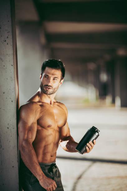 Hübscher muskulöser Mann. Bodybuilder. Modemodel. Hübscher muskulöser Mann posiert nach dem Training – Foto