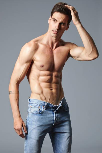 schöner muskulöser mann ohne hemd - sexsymbol stock-fotos und bilder