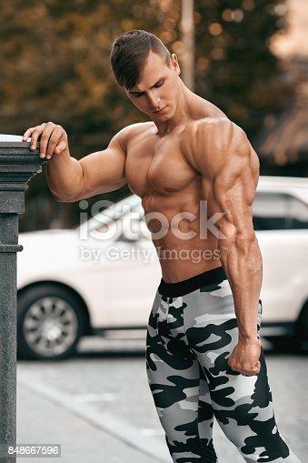 Hombre musculoso guapo trabajando al aire libre torso - Fotografia desnudo masculino ...