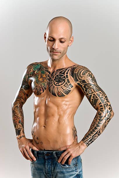 gut aussehend muskuläre herren - brustpiercing stock-fotos und bilder