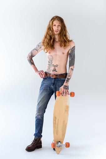 화이트에 Longboard와 곱슬 머리 서와 함께 잘생긴 Shirtless 문신된 스포츠맨 곱슬 머리에 대한 스톡 사진 및 기타 이미지