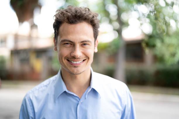 Hermoso retrato de hombre de negocios sonriendo - foto de stock