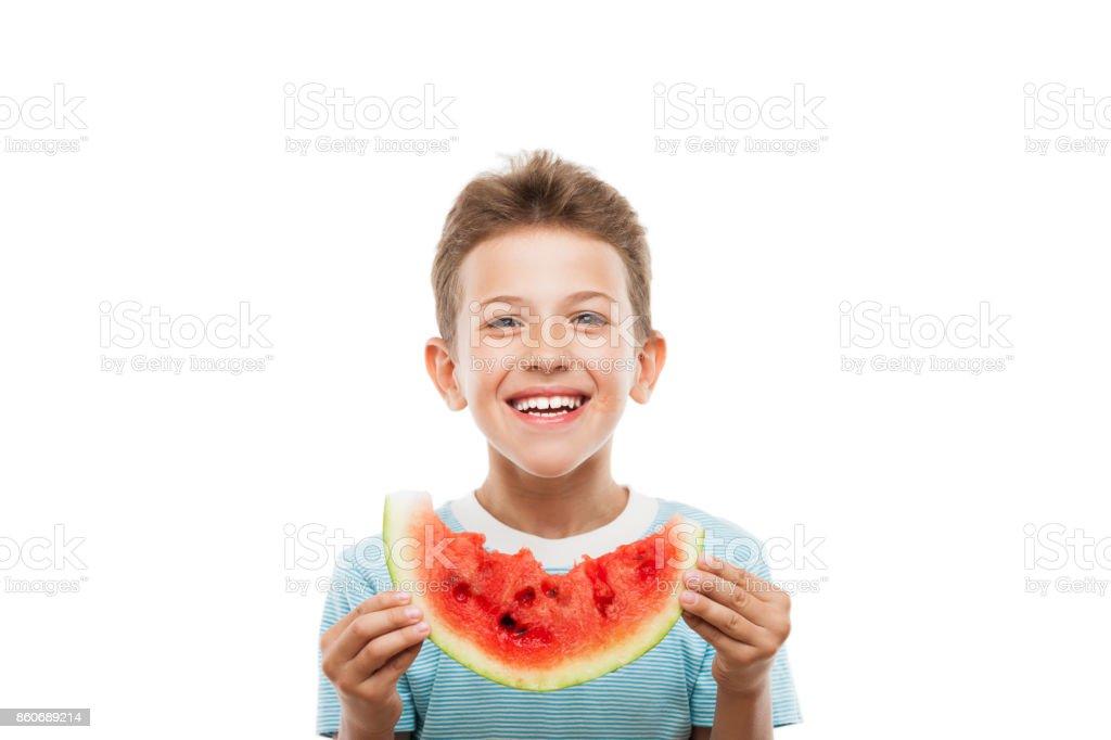 Hübscher lächelndes Kind junge halten rote Wassermelone Fruit slice – Foto