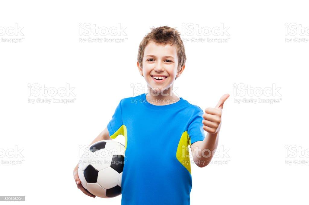 Hübscher lächelndes Kind junge Fußball Ball gestikulieren Daumen Erfolg Schild – Foto