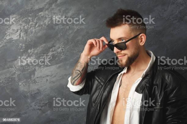英俊的微笑的人擺在演播室 照片檔及更多 一個人 照片