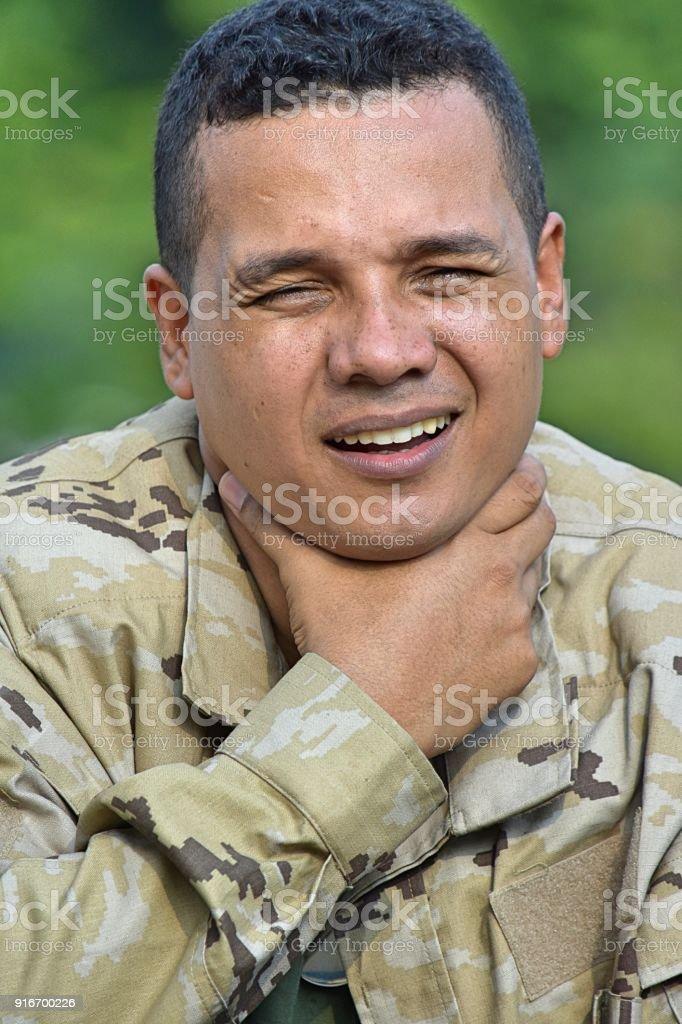 Apuesto soldado con dolor de garganta - foto de stock