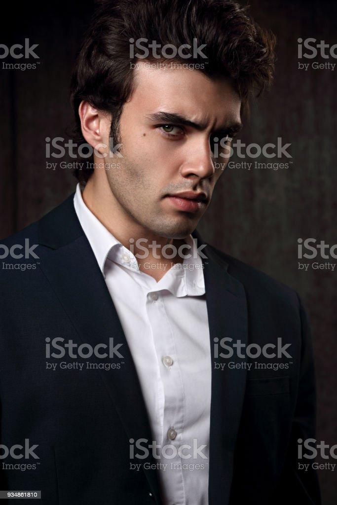 Overhemd Voor Pak.Knappe Succes Brunette Jonge Man Die Ernstige In Mode Pak Met Wit