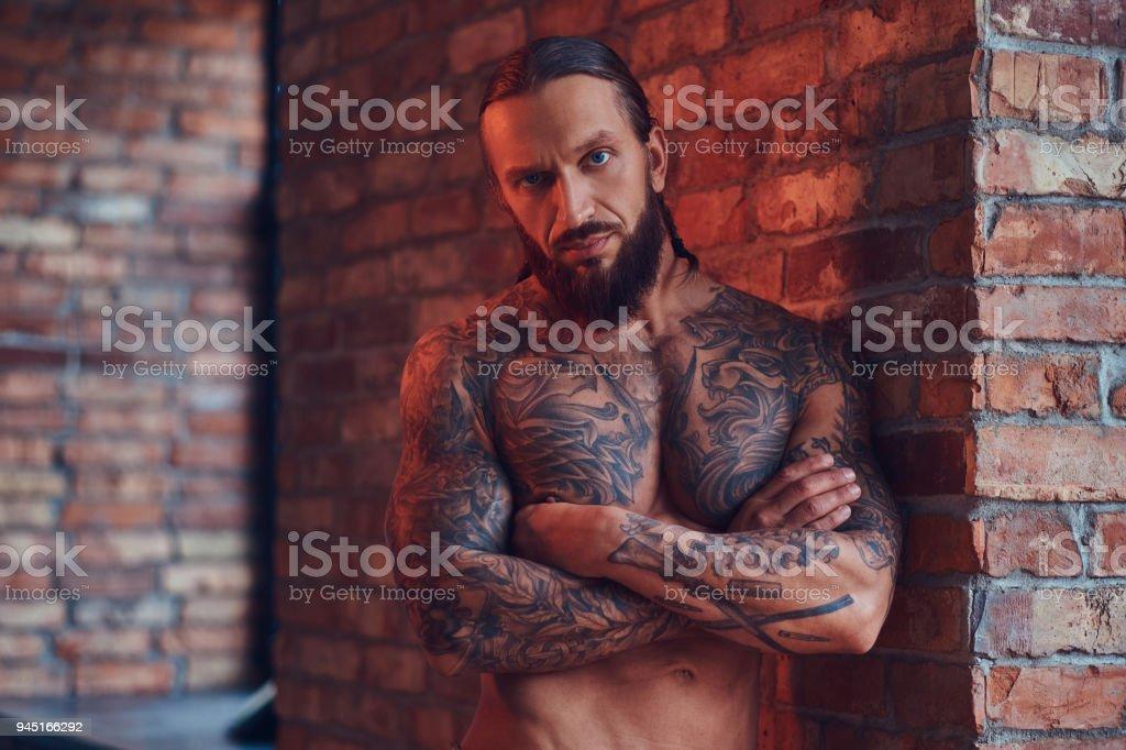 Ein Hübscher Tätowierten Shirtless Mann Mit Eine Stilvolle Frisur ...