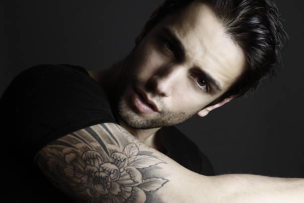 schöner tattooed mann - gesichtstattoos stock-fotos und bilder