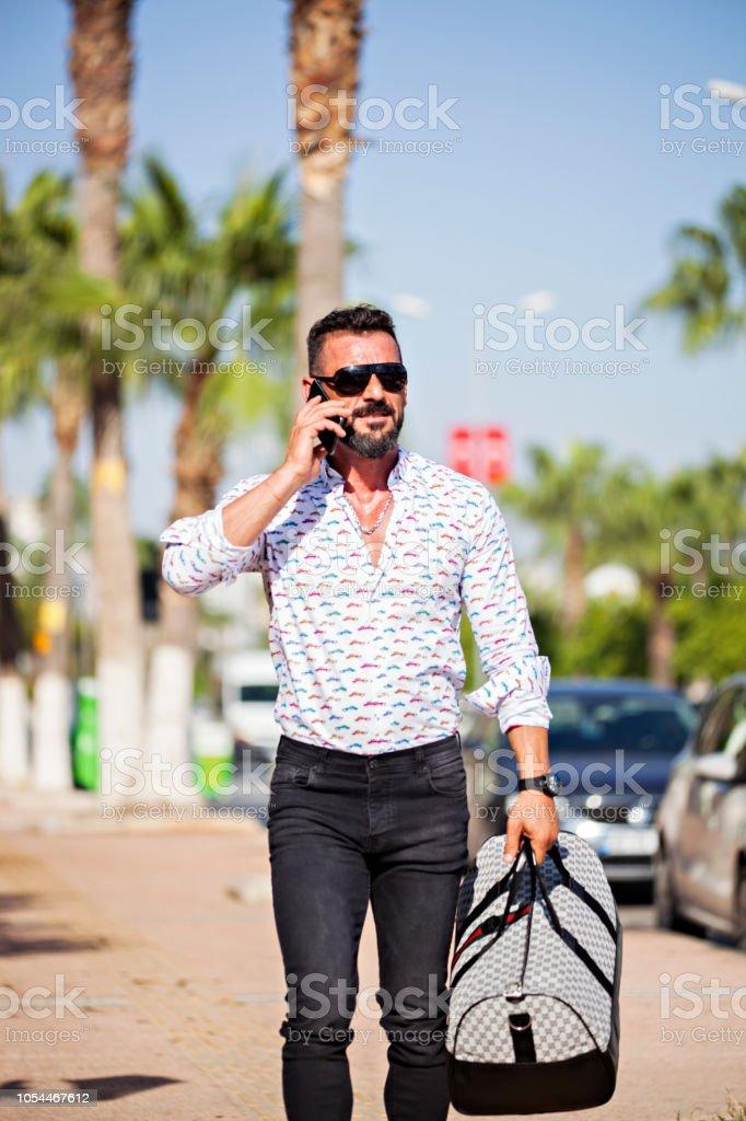 Sokakta gözlüklü yakışıklı gezgin modeli adam stok fotoğrafı