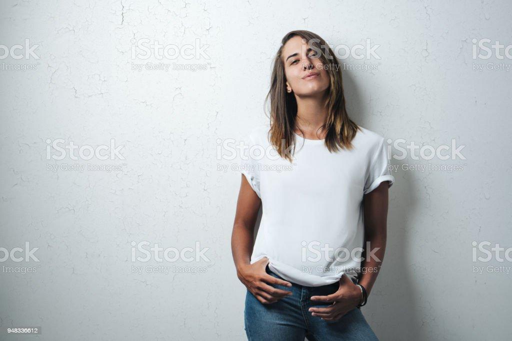 Schöne Frau im weißen T-shirt leer, Studio-Modell – Foto