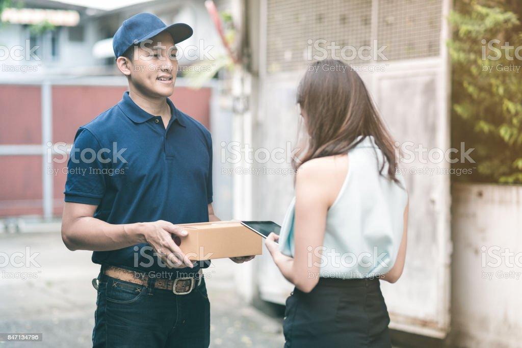 Hombre Guapo Joven Entrega Asiaticos Sonriendo Y Sosteniendo