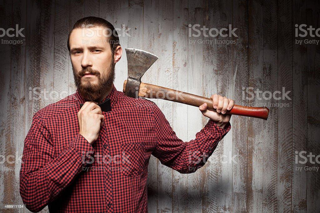 Beau jeune homme barbu souriant utilise axe - Photo