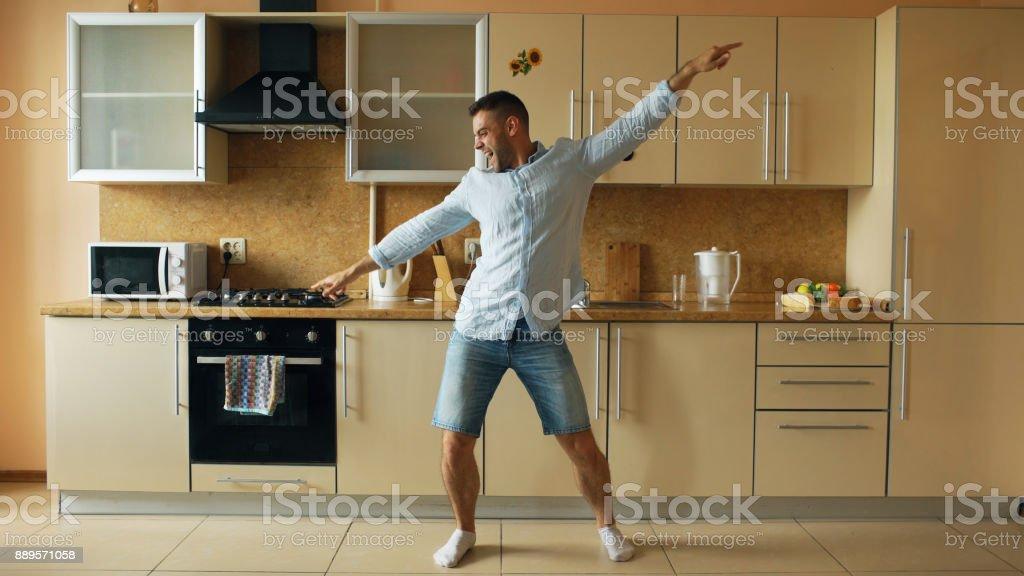 Hübscher Junge Lustig Mann Tanzen In Küche Zu Hause Am Morgen Und ...