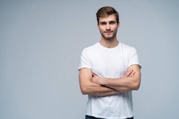 Schöne junge Kerl posiert im Studio - isoliert – Foto