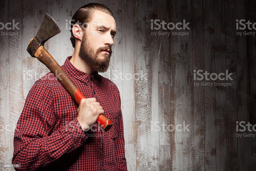 Beau jeune homme avec barbe et Hachette - Photo