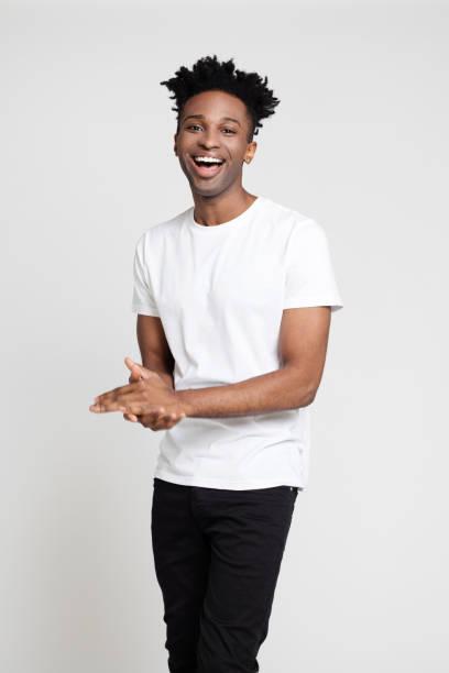 Hübscher Junge in Causals lachend auf weißem Hintergrund – Foto