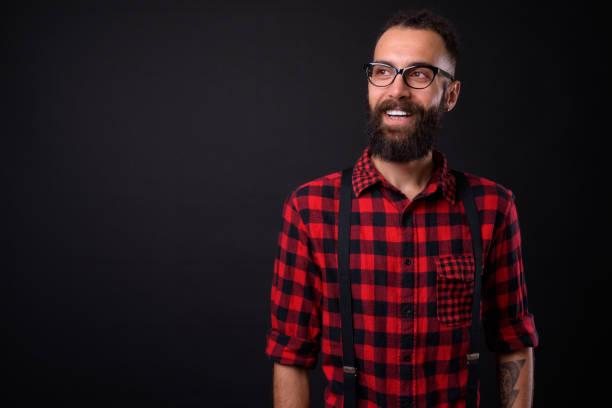 hübscher junger mann vor schwarzem hintergrund - rote dreads stock-fotos und bilder