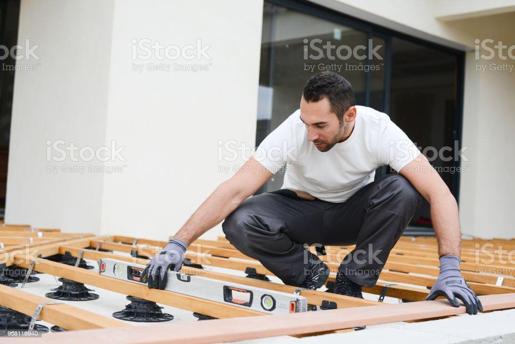 Carpintero Joven Guapo Instalar Una Terraza De Piso De
