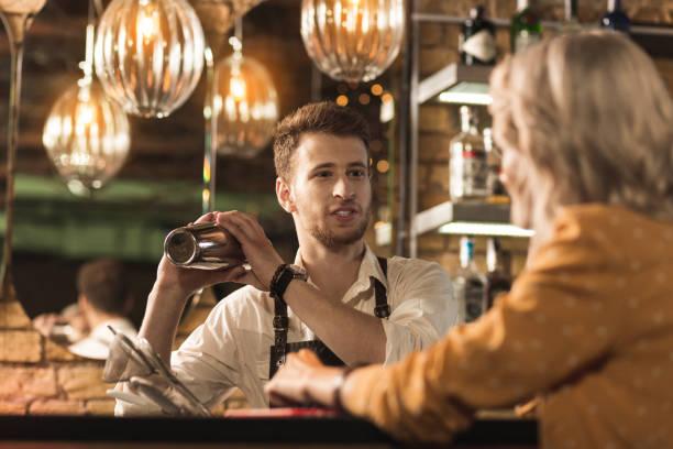 hübscher junger mann im chat und cocktail - heute ist freitag stock-fotos und bilder