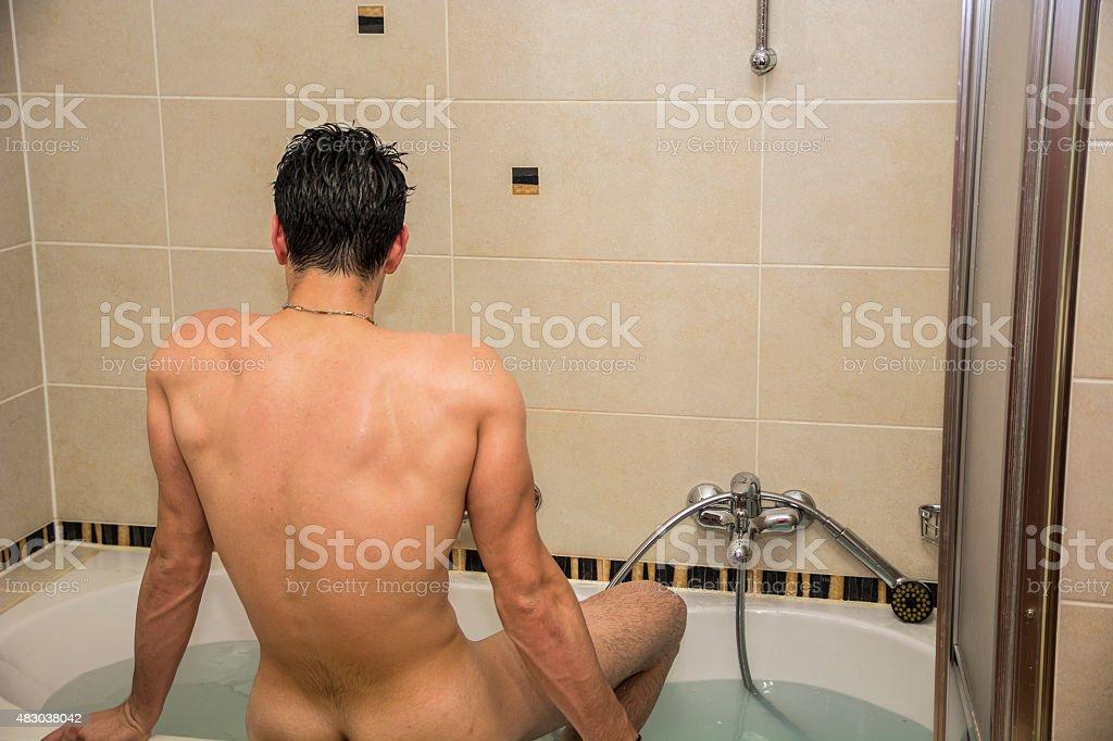 Uomo In Vasca Da Bagno.Bel Giovane Uomo In Vasca Da Bagno A Casa Avendo Bagno Fotografie
