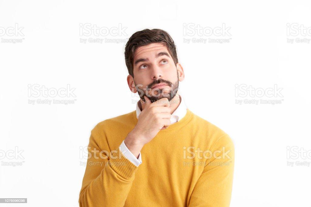 Beau jeune homme regardant pensivement isolé fond blanc avec espace de copie - Photo