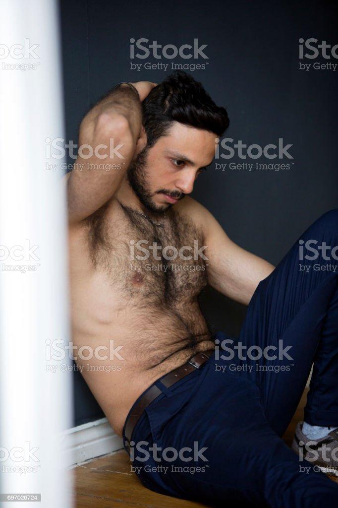 1046a7da54cc Hombre Joven Guapo Sentado Sin Camisa En El Piso Foto de stock y más ...